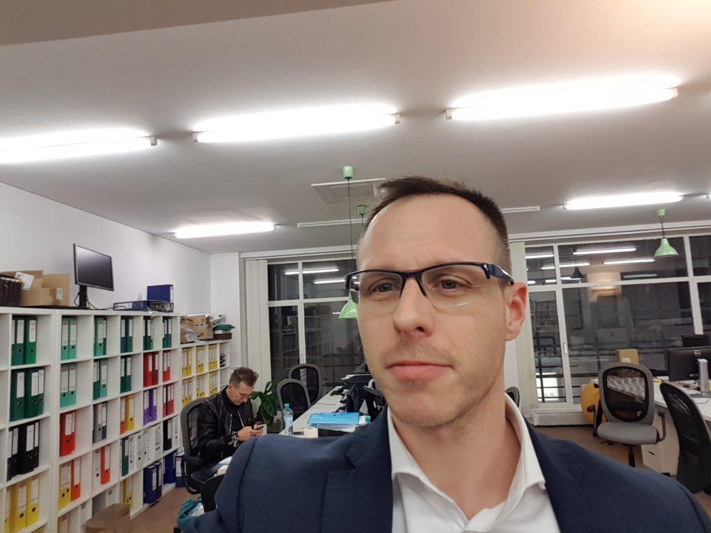 Der Investmentpunk Gerald Hörhan beim Livechat